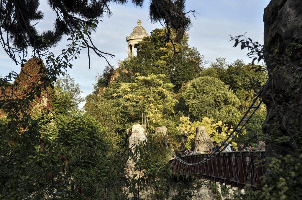 Pont suspendu dans le parc des Buttes Chaumont
