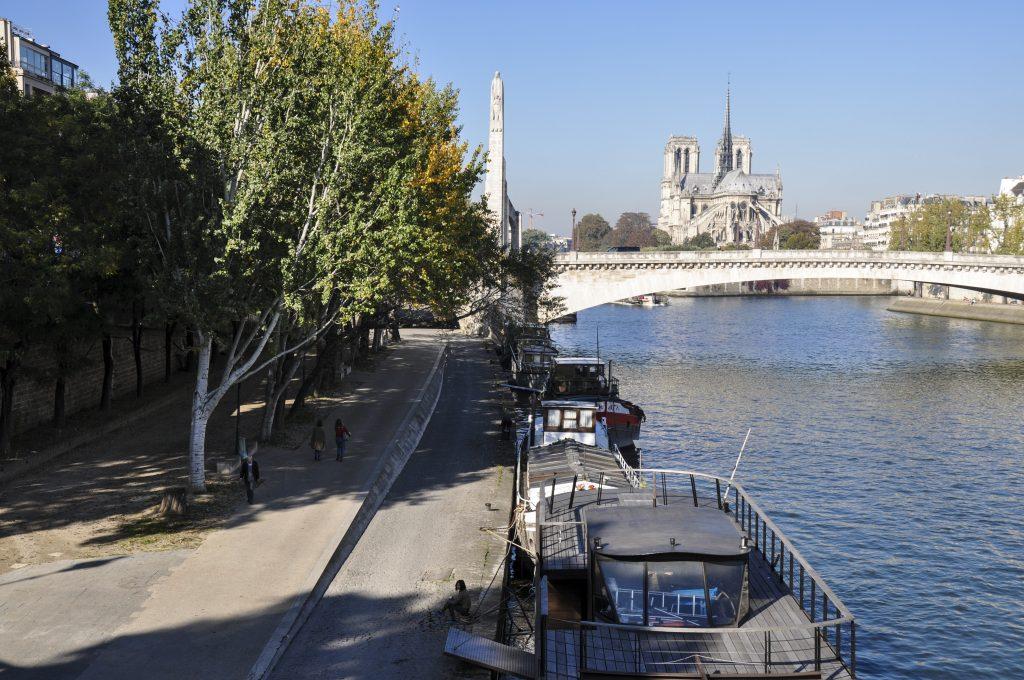 Vue sur Notre Dame de Paris depuis le pont en bout de l'île Saint Louis