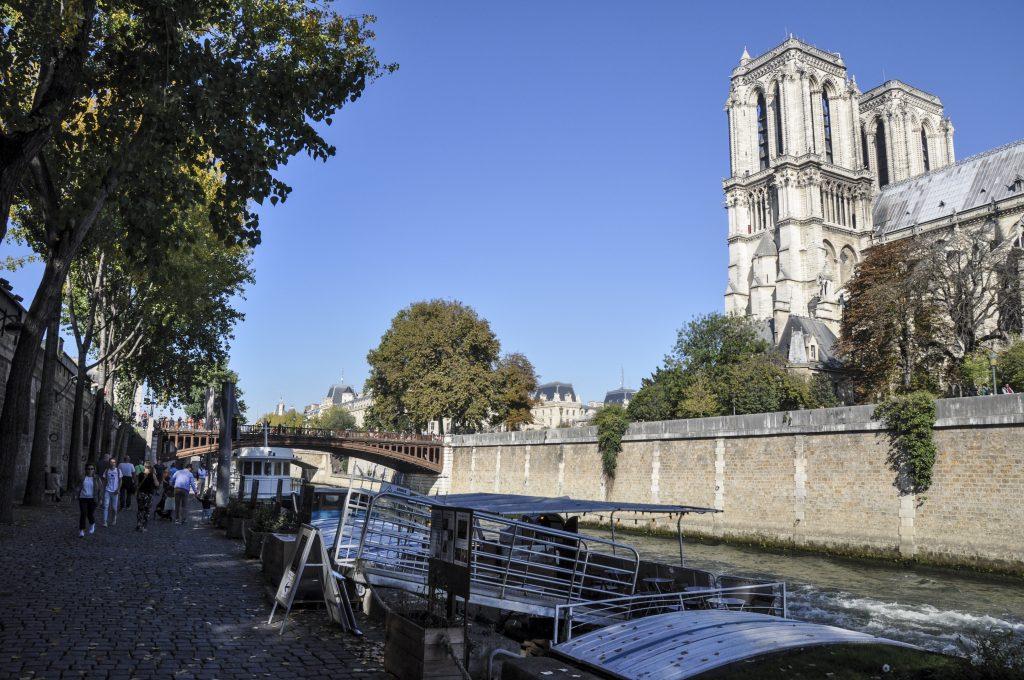 Quai passant à coté de Notre Dame de Paris