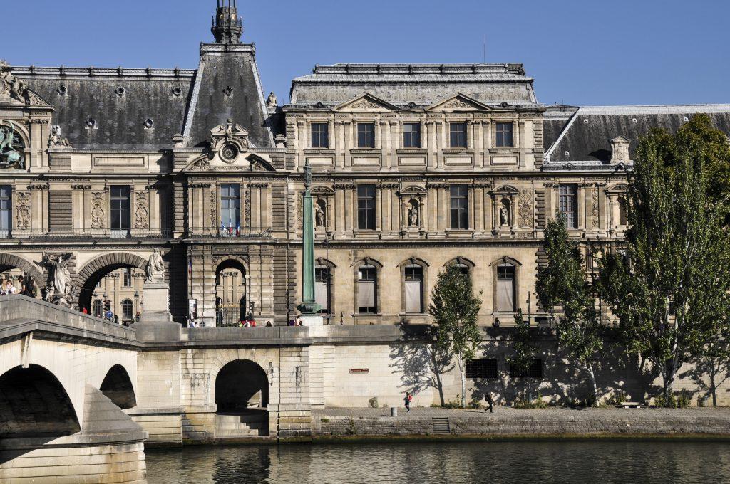 Le Louvre et son quai sur la Seine
