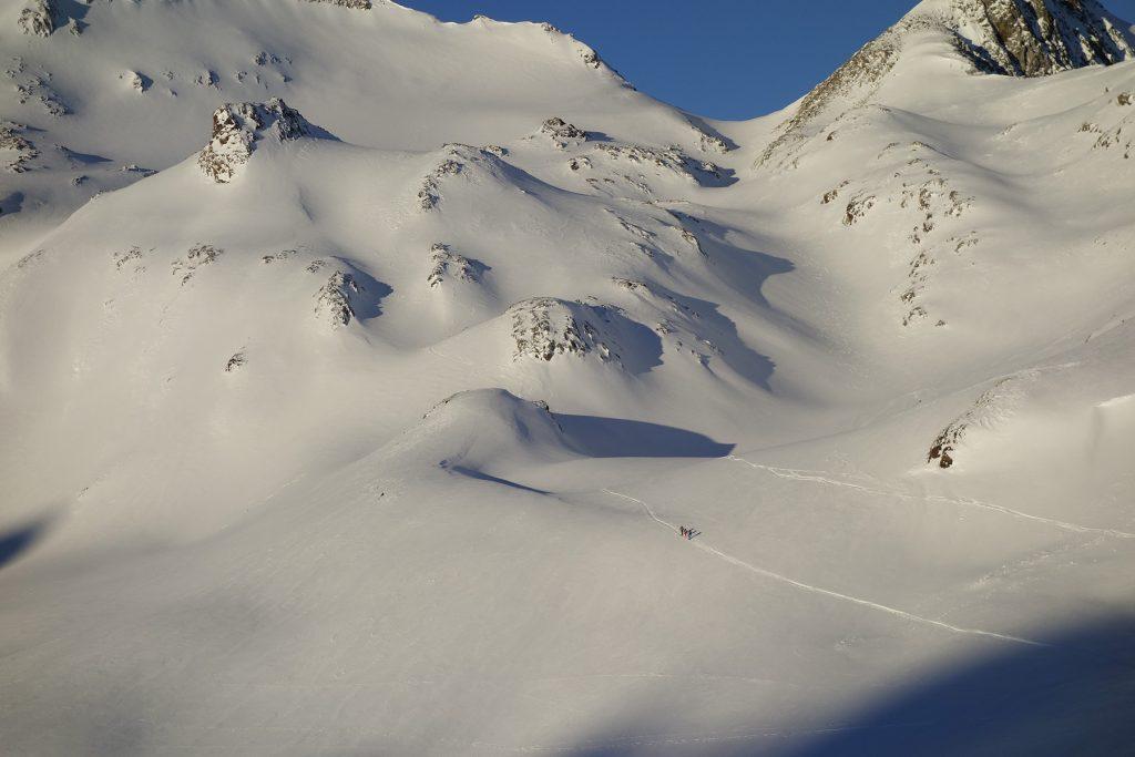 Départ tôt le matin pour une sortie de ski de randonnée