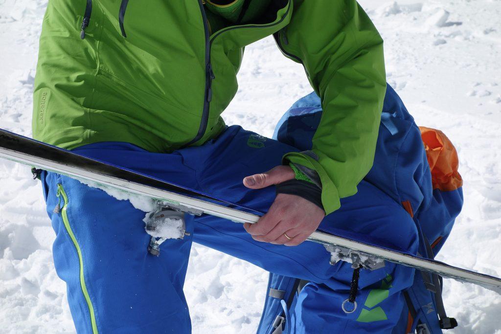Mettre les peaux de phoque sur les skis de randonnée