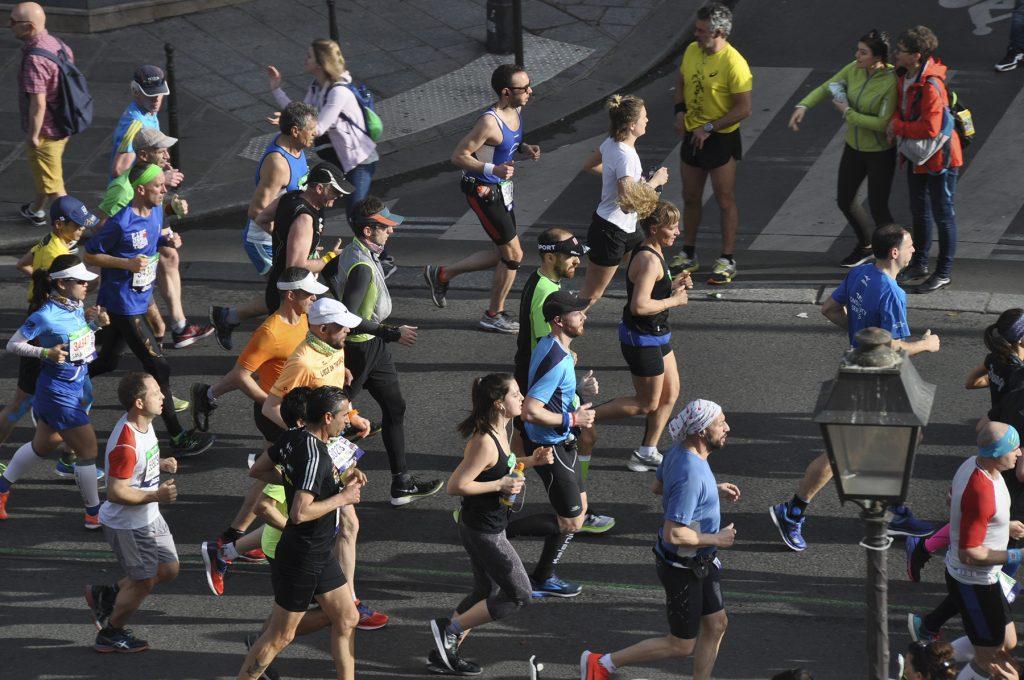 Une foule de coureurs dans les rues de Paris