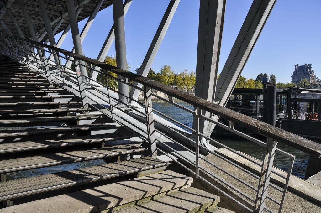Escalier d'un pont sur les quais de Seine