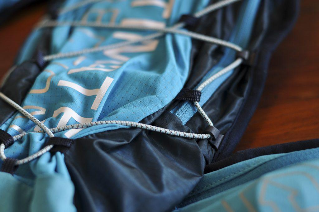 Système de serrage de la poche de la Mountain Vest 4.0 d'Ultimate Direction