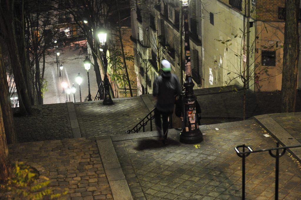 Dans la nuit des escaliers de Montmartre