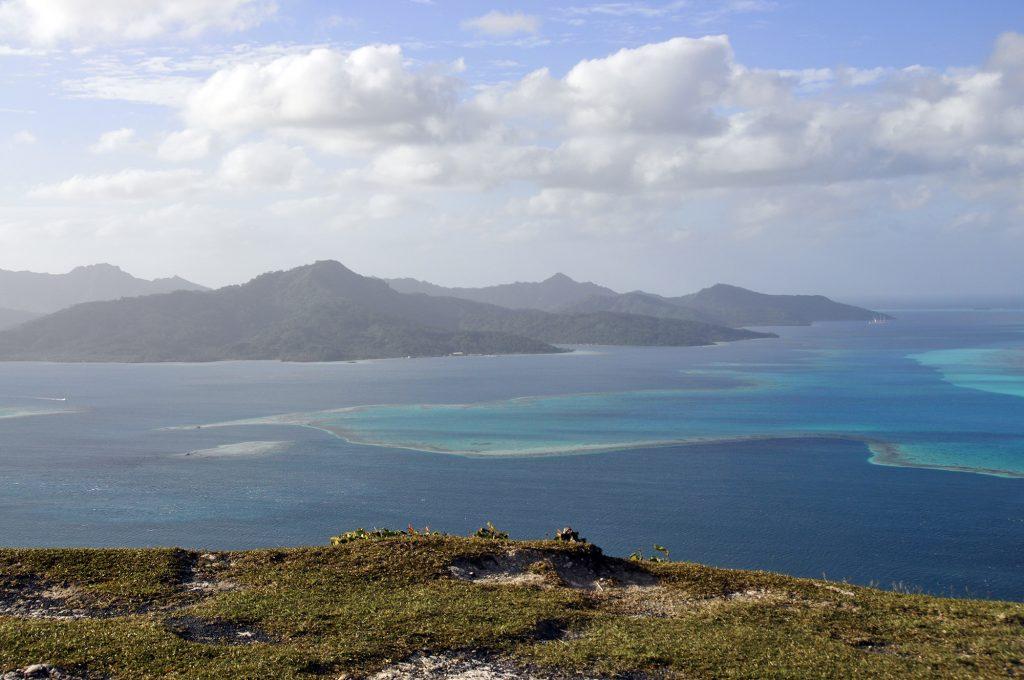 La vue sur Taha depuis le mont Tapioi