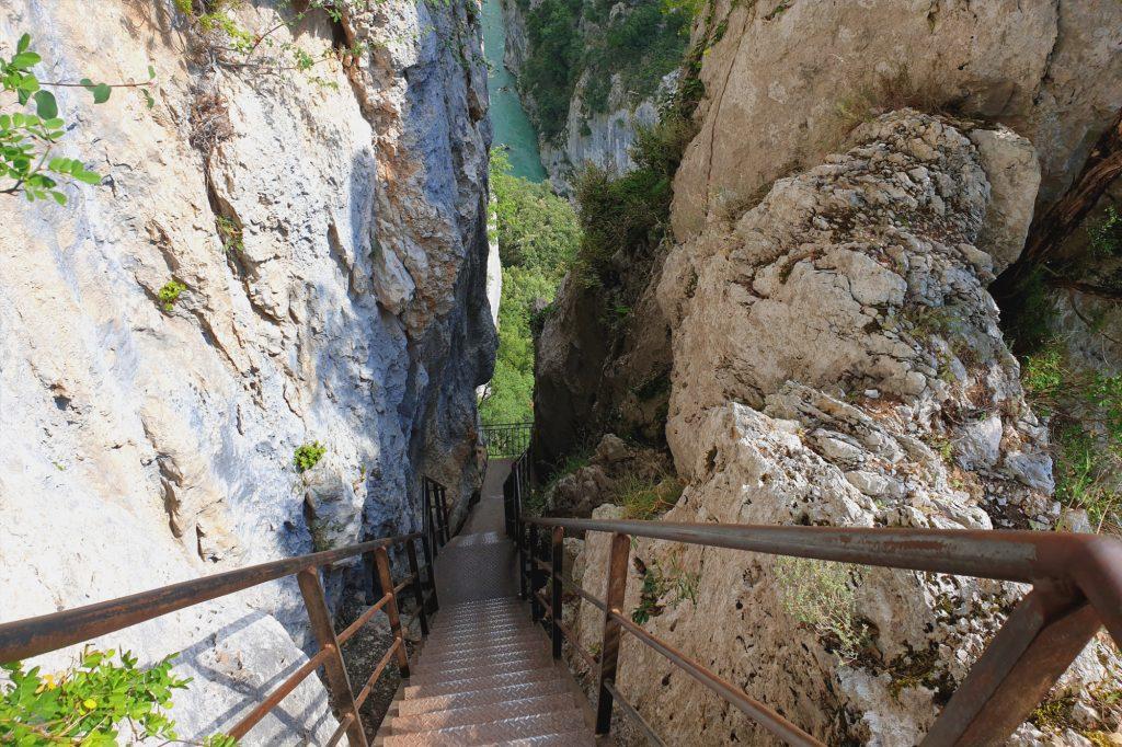 La descente impressionnante à mi-parcours du sentier Blanc Martel